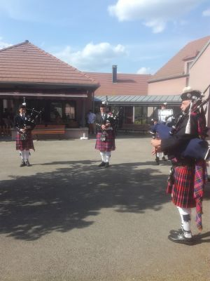 Les Highlands Drums and pipes en concert devant le FAM Agathe